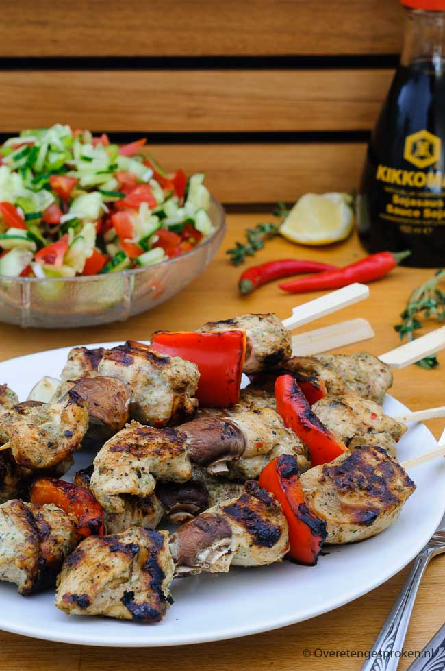 Kipspiezen met jerk marinade - Smaakvolle spiezen van blokjes kipfilet gemarineerd in jerk marinade afgewisseld met stukjes rode paprika en/of kastanje champignons.