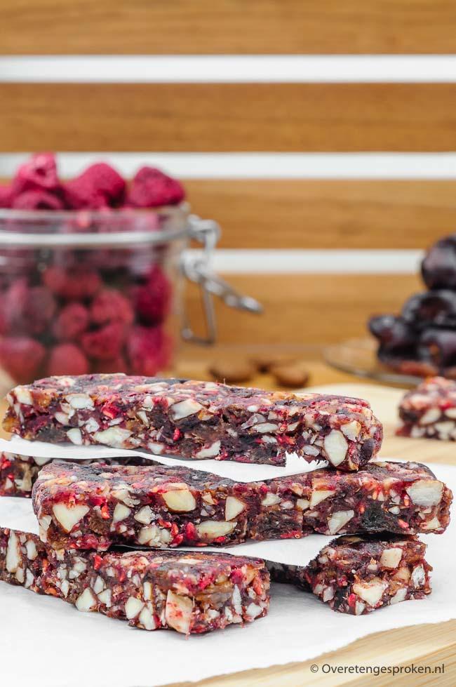 Vruchten-noten repen - Gezonde en voedzame reep voor de lekkere trek van pure ingrediënten. In kleine blokjes ook lekker als snoepje bij de koffie of thee.