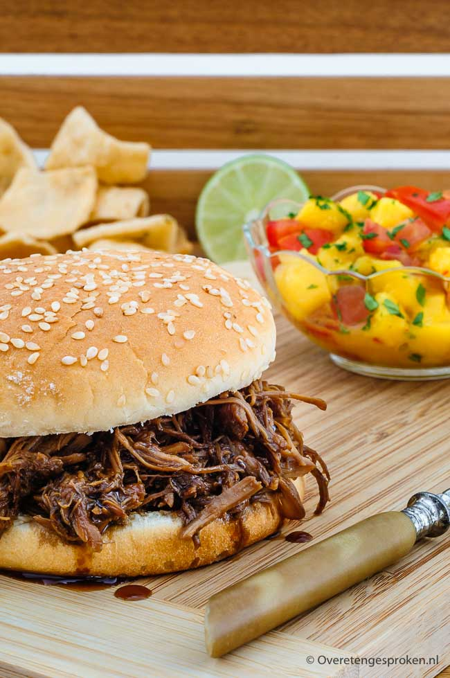 Broodje pulled chicken adobo met mango salsa - Sappige en smaakvolle kip op een hamburgersbroodje met erbij een spicy salsa van mango en tomaat.