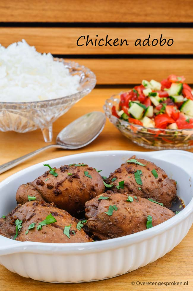 Chicken adobo - Boterzachte kip in een saus van ingekookte sojasaus, kokosazijn en knoflook. Door de laurierblaadjes krijgt de saus een heel eigen smaak.