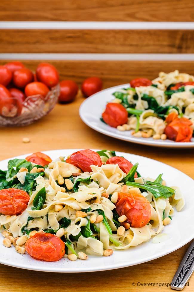 Fettuccine met tomaat, spinazie en pijnboompitjes - Simpele maar gezonde en smaakvolle pastamaaltijd die snel op tafel staat.