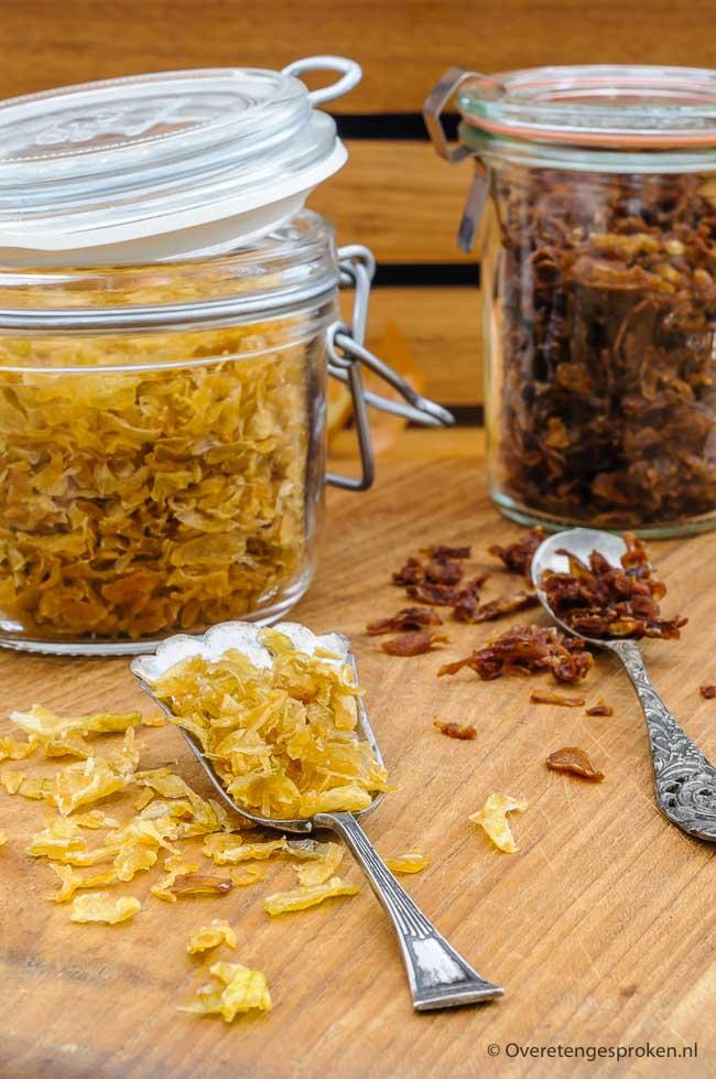 Indonesische gebakken uitjes of bawang goreng - Goudbruin, krokant en een fijne uiensmaak. Met dit recept maak jij deze lekkere uitjes voortaan zelf.