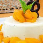 Panna cotta - Zacht en romig dessert met echte vanille. Lekker met rood fruit of gekarameliseerde ananas. Zóóó lekker!