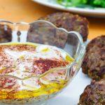 Burgers met pistachenoten en yoghurtsaus met sumak - Heerlijk gerecht van Yotam Ottolenghi. Lekker als hoofdgerecht maar ook perfect als lekkere snack.