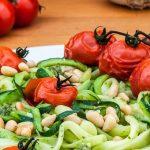 Courgetti met pesto en geroosterde tomaatjes - Vrolijk groentegerecht vol smaak door verse pesto en geroosterde pijnboompitjes.