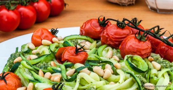Courgetti met pesto en geroosterde tomaatjes