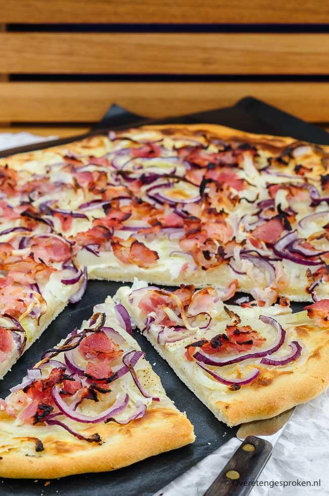 Flammkuchen of tarte flambée - De Frans-Duitse pizza uit de Elzas met crème fraîche, uienringen en spekjes. Simpel maar onweerstaanbaar lekker!