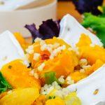 Salade met pompoen, bulgur en geitenkaas brie - Goed vullende maaltijdsalade. De vadouvan kruiden combineren heerlijk met de pompoen en geitenkaas brie.