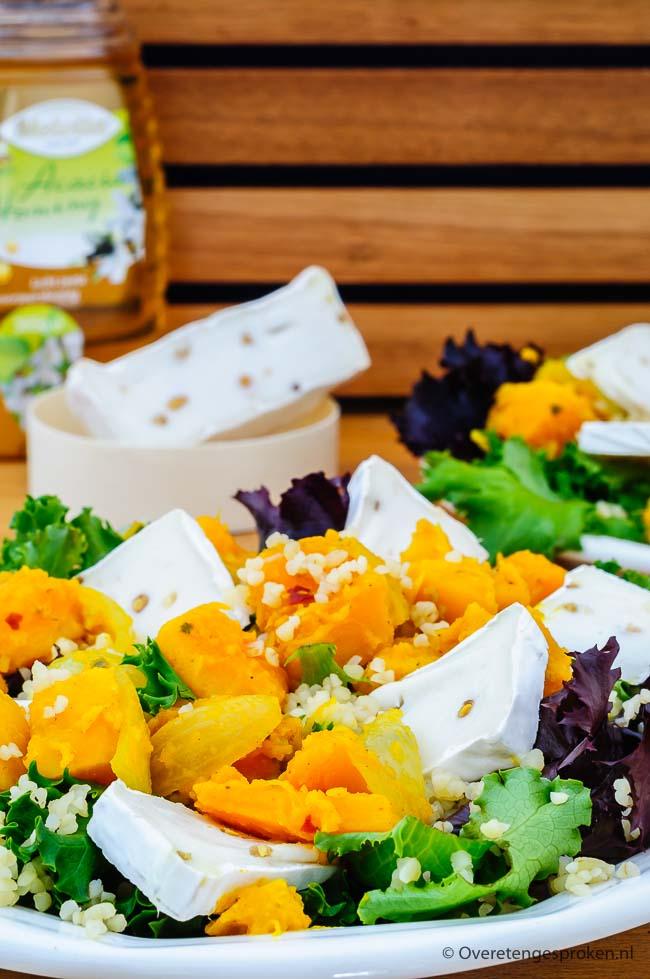 Salade met pompoen, bulgur en geitenkaas brie - Goed vullende herfstsalade. De vadouvan kruiden combineren heerlijk met de pompoen en geitenkaas brie.