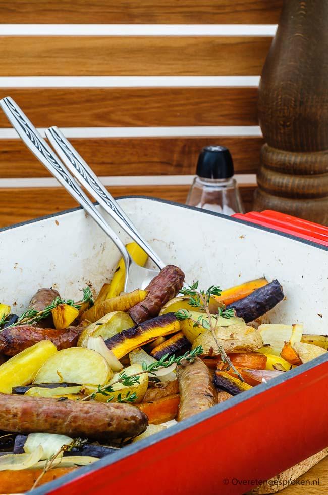 Traybake met wortelmix en chipolata worstjes - Gezonde ovenschotel die boordevol groenten zit en in een handomdraai in de oven staat.