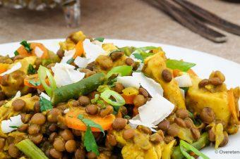 Linzen met gele curry, kip en groente