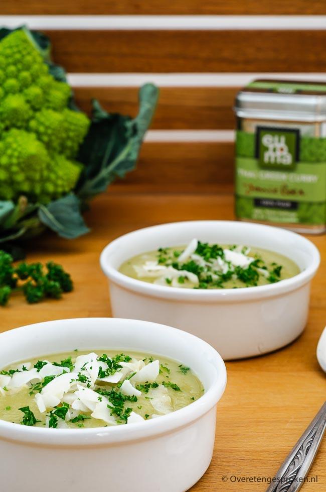 Romanesco soep - Verwarmende groentesoep met een vleugje Thailand. Lekker pittig door de groene curry en vol smaak door een scheutje kokosroom en vissaus.