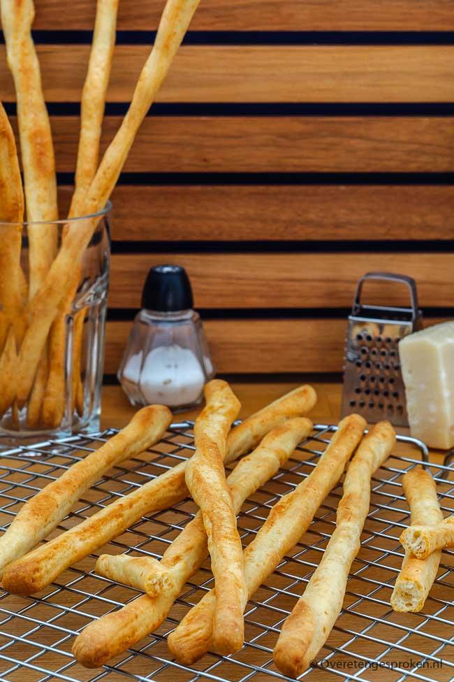 Soepstengels of grissini - Heerlijk bij soep of een borrel. Met dit recept maak jij ze voortaan zelf. En extra lekker door toegevoegde Parmezaanse kaas.