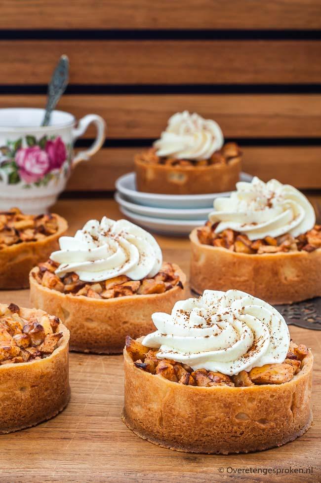 Appeltaartjes - Gek op appeltaart maar wil je eens iets anders dan de standaard punt? Met dit recept maak je voor iedereen een eigen taartje. Superlekker!