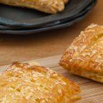 Kaasbroodjes - Krokant bladerdeeg gevuld met een zachte kaasvulling. Met dit makkelijke recept maak jij ze voortaan zelf. Krakend vers uit eigen oven!