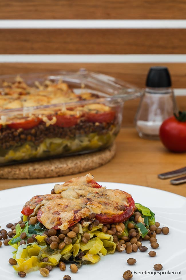 Linzen met prei, tomaat en kaas - Gezonde en voedzame ovenschotel die makkelijk te maken is. Heerlijke manier om weer eens peulvruchten te eten.