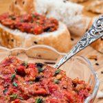 Muhammara met zwarte knoflook - Libanees smeersel van geroosterde paprika en walnoten. Extra lekker recept door het gebruik van walnootolie en verse tijm.