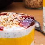 Overnight oats met yoghurt - Makkelijk ontbijt met havermout, chiazaad, yoghurt, mango en beetje hazelnoot en kokos. Heerlijk romig en vol van smaak.