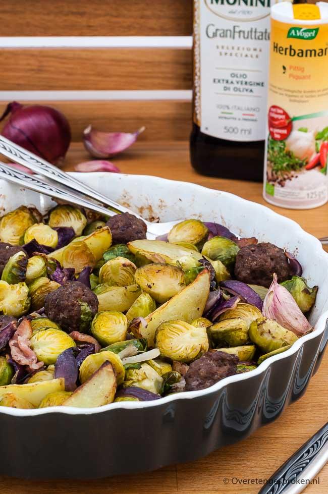 Geroosterde spruitjes met gehaktballetjes - Makkelijke en smaakvolle ovenschotel. Door de groente in de oven te bereiden houden ze een lekkere bite.