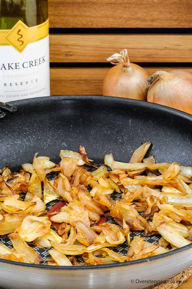 Gekarameliseerde uien - Makkelijk recept voor heerlijk zachte, zoete en goudbruine uien. Een echte smaakverrijker bij veel gerechten.