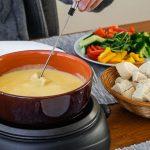 Hollandse kaasfondue - Simpel recept voor heerlijke kaasfondue met Hollandse kazen. Rijk van smaak en extra lekker door wat kirsch en worcestershire sauce.