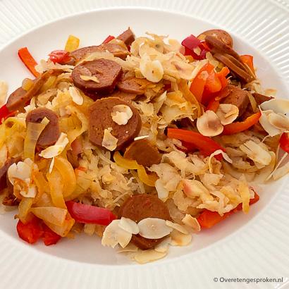Zuurkool ovenschotel met aardappelrösti, paprika en amandelschaafsel