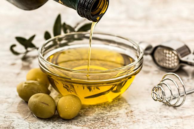 Olie en vet - Handig basisartikel vol achtergrond informatie over olie en vet. Ik vertel je ook welke oliën en vetten ik graag gebruik en waarvoor.