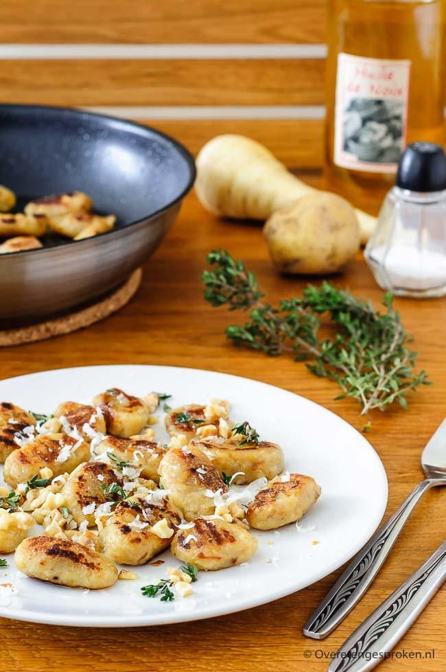 Pastinaak gnocchi - Weer eens wat anders dan de standaard gnocchi van aardappel. Met geroosterde walnoot, walnotenolie en verse tijm.