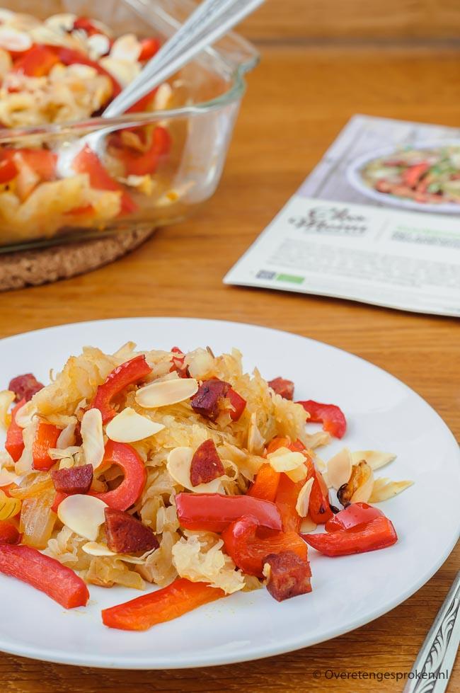 Zuurkoolschotel met rösti, paprika en chorizo - Heerlijke kruiden zuurkool met rösti, paprika en chorizo in plaats van gestampte aardappels en rookworst.