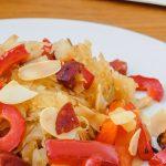 Zuurkool met rösti, paprika en chorizo - Verrassend lekker en weer eens iets heel anders. Deze zuurkoolschotel wil je proeven!