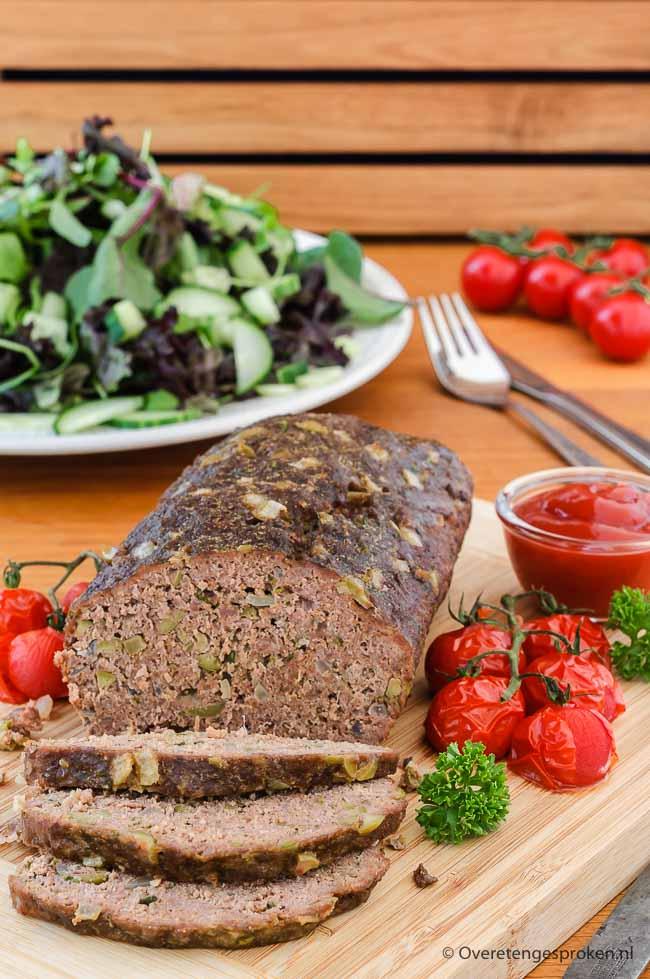 Gehaktbrood met olijven, kaas en verse kruiden - Smakelijk gehaktbrood dat je met een hand omdraai in de oven hebt staan.