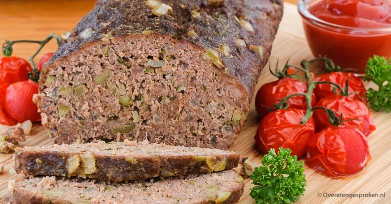 Gehaktbrood met olijven, kaas en verse kruiden