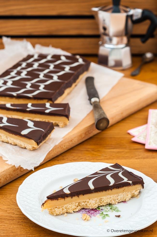 Millionaire's shortbread - Brosse roomboter koek, karamelvulling die op fudge lijkt en een royale laag chocolade. Met dit recept maak jij deze koek zelf!