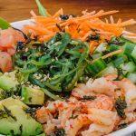 Poké bowl - Snel te maken poké bowl met gerookte zalm, rivierkreeftjes, basmati rijst, avocado, rauwkost en een fijne Japanse dressing. Lekker en gezond!