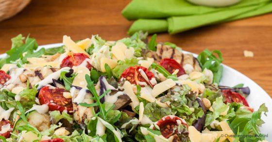 Salade van gegrilde groenten, caesar dressing en kaas flakes