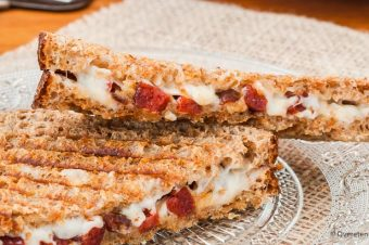 Tosti met geitenkaas, chorizo en dadel