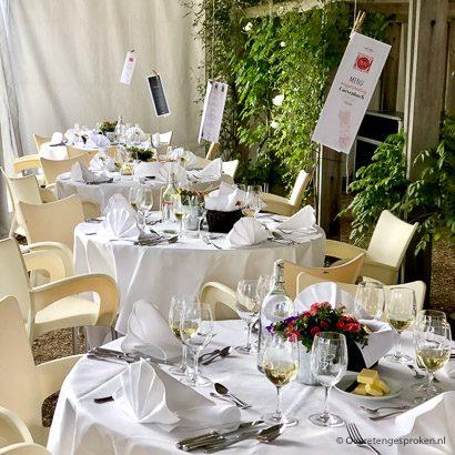 Asperge-event fantastisch gedekte tafels voor het diner