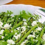 Salade met groene asperges - Fijne salade van knapperige groene asperges, rucola en zoute stukjes kaas. Heerlijk bij een BBQ of zomerse maaltijd.