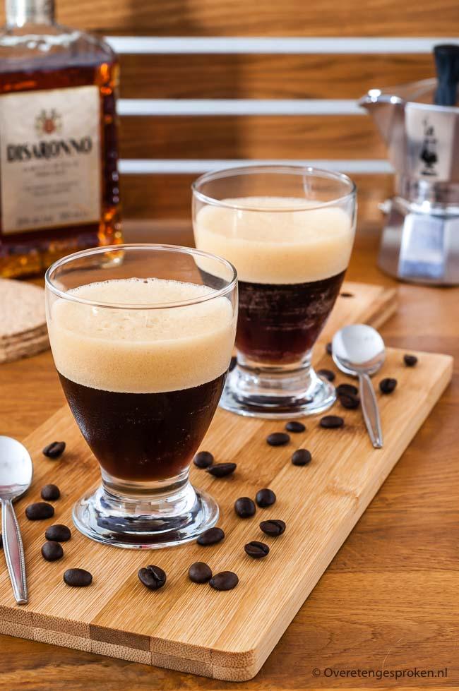 Shakerato - Verfrissende Italiaanse koffieshake met een mooie schuimlaag en een lekkere scheut amaretto erin. Leuk om te maken, nog leuker om te drinken.