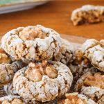Walnootkoekjes - Super smaakvolle en makkelijk te maken koekjes met een sticky binnenkant. Uit het bakboek van Anna, winnares Heel Holland Bakt 2019.