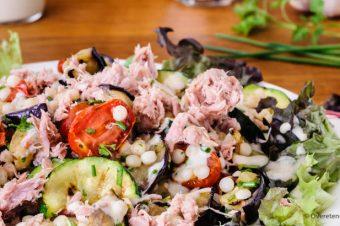 Maaltijdsalade met gegrilde groenten, parelcouscous en tonijn