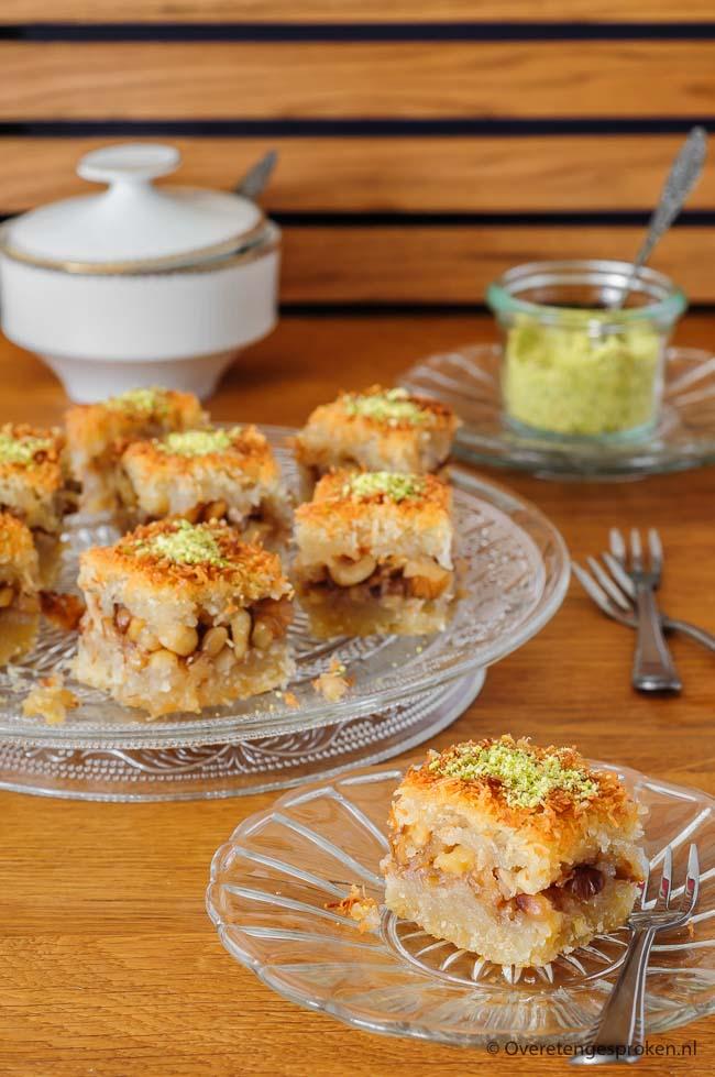 Egyptische kunafa - Zoet Midden-Oosters dessert uit Egypte, rijk gevuld met noten. Snelle variant van baklava. Ook heerlijk bij een kop koffie of thee.