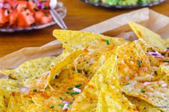 Cheesy nacho's met tomatensalsa en guacamole