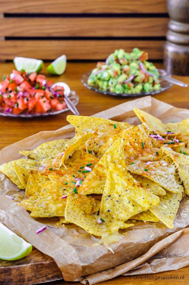 Cheesy nacho's met tomatensalsa en guacamole - Gezellig als borrelhapje maar ook heerlijk als avondmaaltijd. Makkelijk te maken en super lekker!