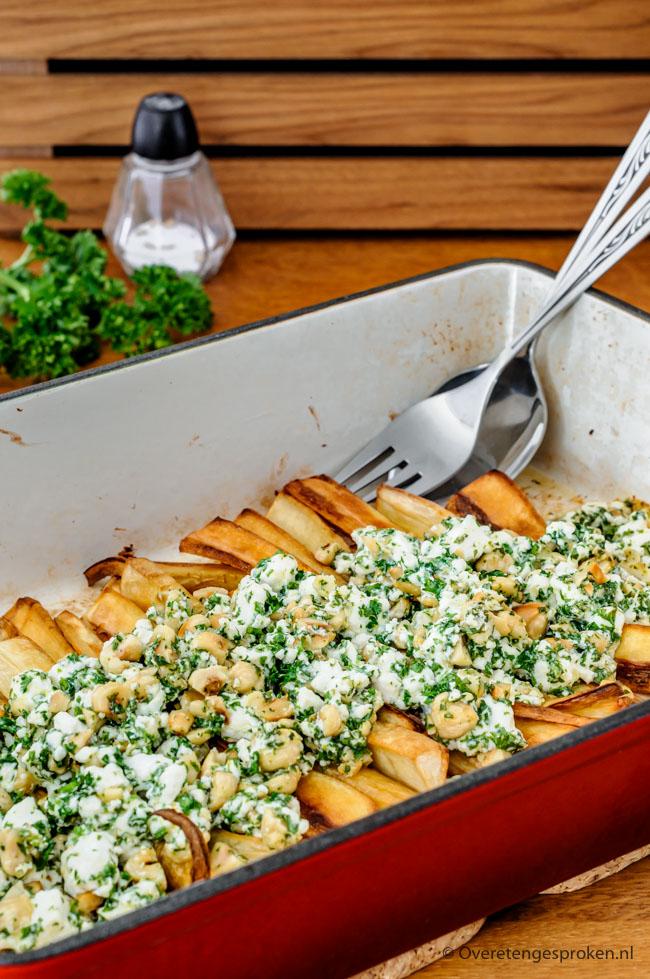 Pastinaak met feta, peterselie en noten - Bijzonder groente gerecht van Pascale Naessens. Vegetarisch, makkelijk en het smaakt echt fantastisch. Maken dus!