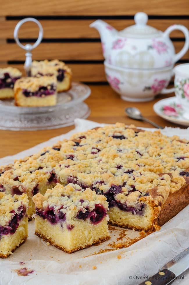 Plaatcake met blauwe bessen - Heerlijke cake met een fijne kruimellaag die gewoon niet kan mislukken. Recept van Rutger van den Broek uit zijn boek Cakes.