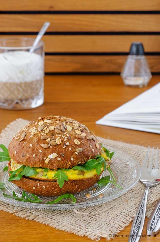 Broodje omelet met oesterzwammen - Lekker en makkelijk lunchgerecht dat je snel om tafel hebt staan. Vers broodje, wat te drinken en genieten maar...