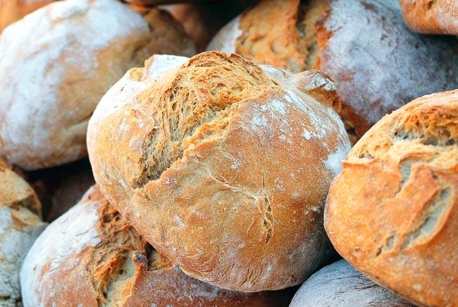 Brood - Als aftrap van een reeks informatieve en praktische brood-artikelen neem ik je vandaag in vogelvlucht mee door de lange geschiedenis van brood.