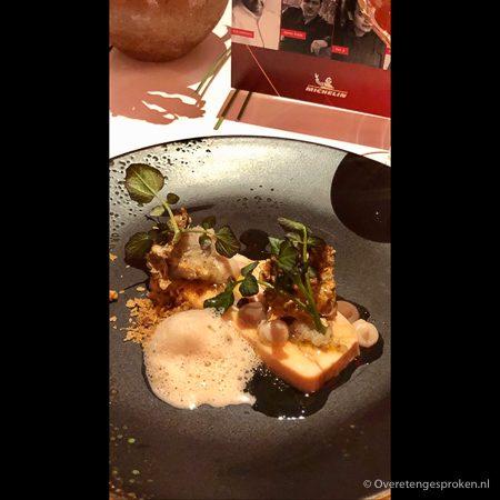 Voorgerecht: terrine van parelhoender met aardpeer, kastanje en ras el hanout door restaurant De Limonadefabriek