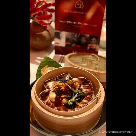 Tussengerecht: coquilles met ibericospek, XO-saus, konjac noedels en knoflook door restaurant Umami by Han